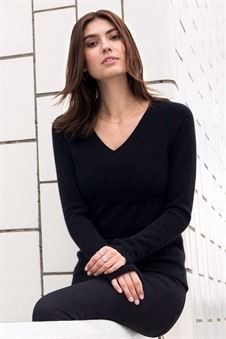 Black nursing jumper with V-neck in Organic cotton, on location