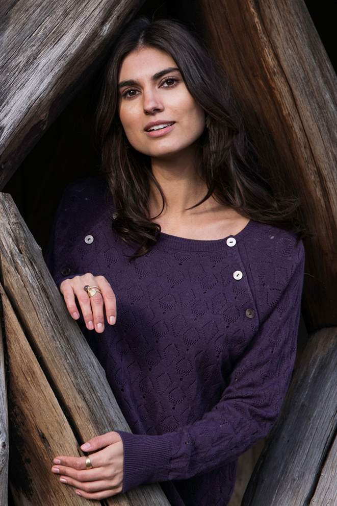 Purple nursing blouse with hole pattern and in Merino wool - Seen from behind