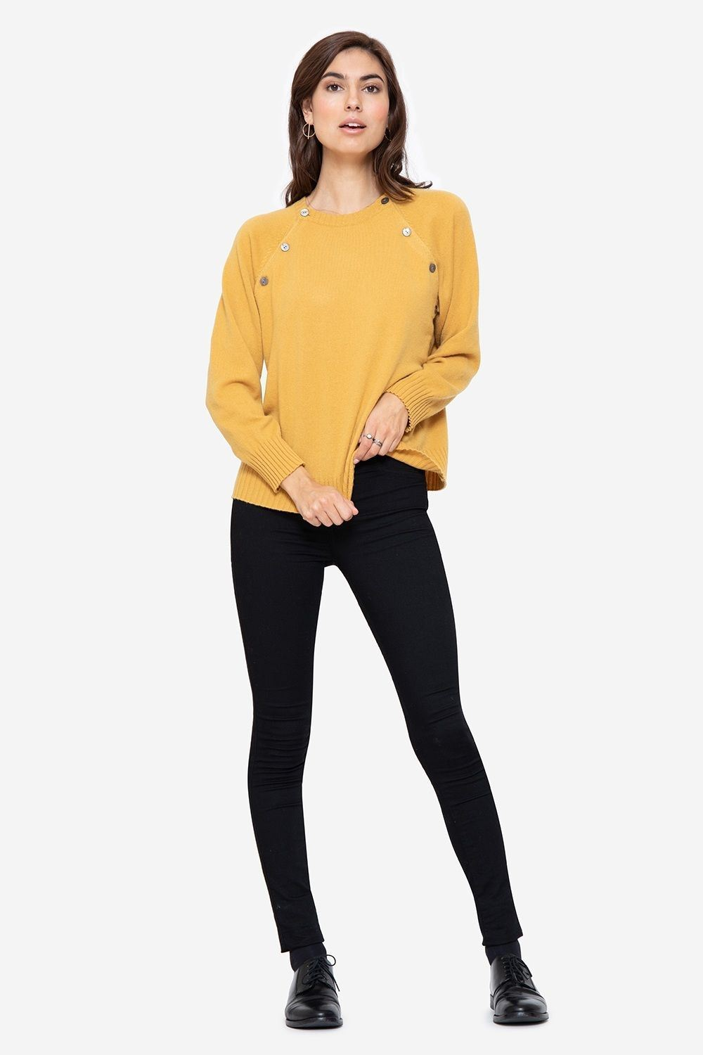 Soft cashmere nursing jumper in yellow with buttons, full figur