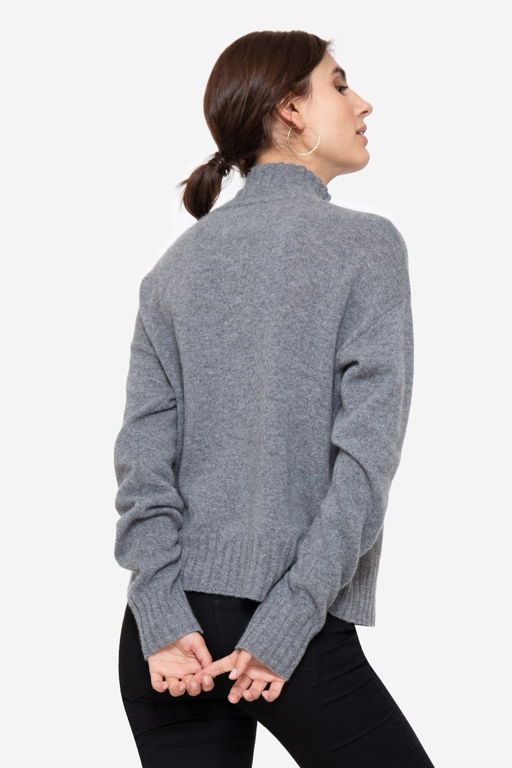 Soft casmere sweater in grey melange with small collar, seen from behind