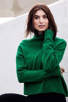 Soft cashmere nursing pullover in green with small collar, on set
