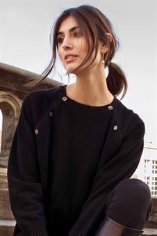 Soft cashmere nursing Jumper in black with buttons - On location